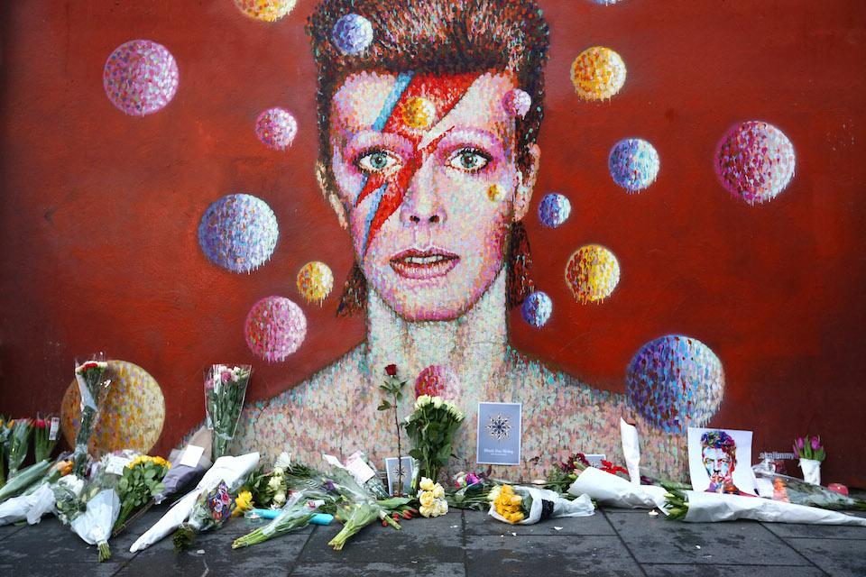 Il murales che ritrae Bowie a Brixton è stato trasformato in un mausoleo dalle migliaia di fans che continuano a rendere omaggio all'artista dopo la sua morte, avvenuta a Gennaio.