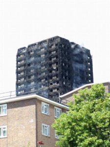 foto della torre tra il fumo ( di Denise italoeuropeo LondonONEradio)