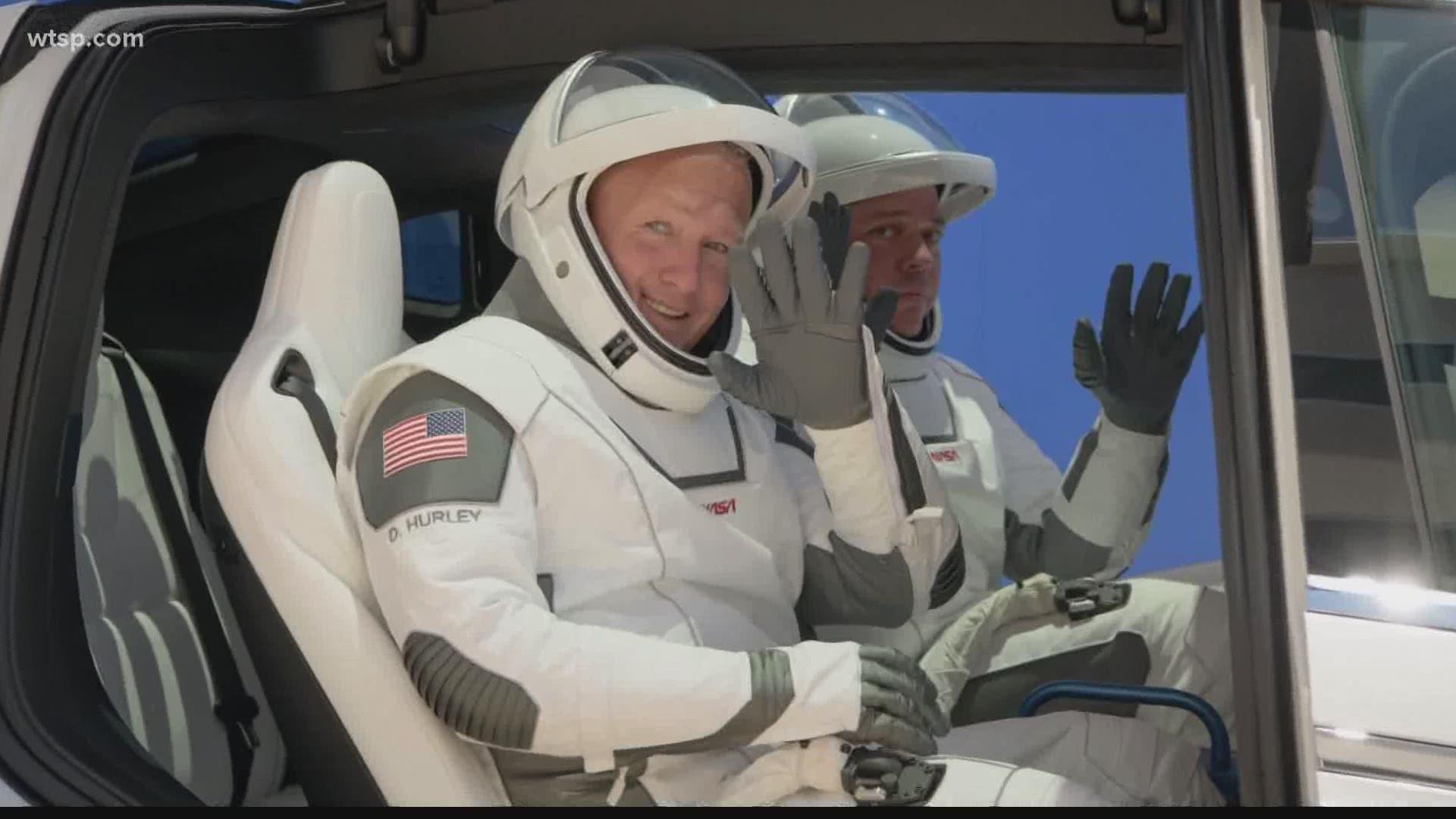 Gli astronauti Bob Behnken e Doug Hurley con nuove tute spaziali di ultima generazione